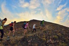 STROMBOLI-VULKAN, ITALIEN - AUGUSTI 2015: Grupp av turister som överst fotvandrar av den Stromboli vulkan i de eoliska öarna, Sic Royaltyfria Foton