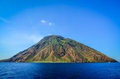 Stromboli vulkanisch die eiland in Lipari van de oceaan, Sicil wordt bekeken Stock Fotografie