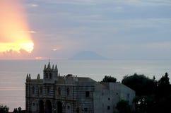 Stromboli wulkan przy zmierzchem Zdjęcia Royalty Free