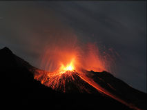 Strombolian爆发火山 免版税库存图片
