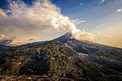 Strombolian aktivitet på solnedgången av den Tungurahua vulkan Royaltyfri Bild