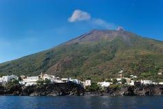 Strombolis volcan Stadt Stockfotos