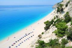 Strome falezy i długa plaża z turkusowym morzem obraz royalty free