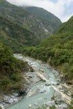 Strome góry i skalista rzeka przy Taroko parkiem narodowym w Tajwan zdjęcie stock