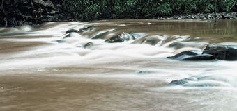 Stromen Bruine rivier Royalty-vrije Stock Afbeelding