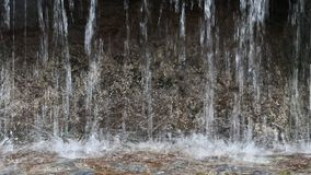 Stromen die van fontein op oppervlakte van water vallen stock videobeelden