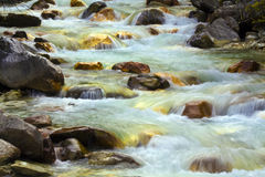 Stromen en stenen in de rivier stock fotografie