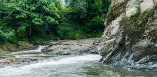 Stromen van een bergrivier met een blootstelling van 1/15 seconde stock fotografie