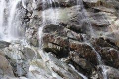 Stromen van een waterval op de rotsen Royalty-vrije Stock Foto's