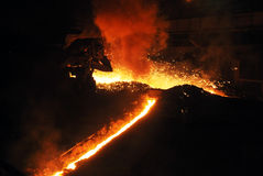 Stromen van gesmolten ijzer in een hoogoven Royalty-vrije Stock Foto's