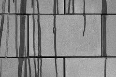 Stromen van verf op een bakstenen muur royalty-vrije stock foto