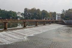 Stromend water in de dam, watervoorziening voor de zomer Stock Foto