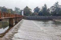 Stromend water in de dam, watervoorziening voor de zomer Stock Fotografie