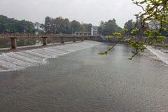 Stromend water in de dam, watervoorziening voor de zomer Stock Afbeelding
