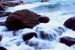 Stromend water op rotsen Royalty-vrije Stock Afbeeldingen