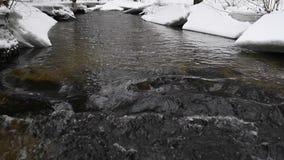 Stromend Water in Park met Sneeuw Ijskegel op Achtergrond stock videobeelden