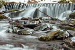 Stromend water van Karpatische bergstroom Stock Afbeelding
