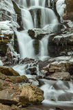 Stromend water van Karpatische bergstroom Royalty-vrije Stock Fotografie
