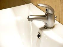 Stromend watertapkraan royalty-vrije stock afbeelding