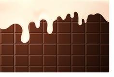 Stromende dalingen van de room van de melkstroop op een realistische chocoladeachtergrond, Stock Afbeeldingen