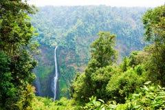 Stromende lijnwaterval van hoge berg in Laos Stock Afbeelding