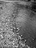 Stromende rivierrotsen stock foto's