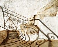 Stromg прокладывая рельсы тень и лестница стоковая фотография rf