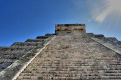 Stromi kroki prowadzi up chichen itza świątynię Obrazy Royalty Free