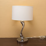 Stromlampe auf hölzerner Tabelle Lizenzfreie Stockfotografie