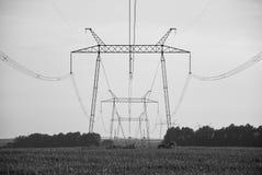 Stromleitung auf dem Gebiet lizenzfreies stockfoto