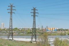 Stromleitung auf dem Uferdamm Lizenzfreies Stockfoto