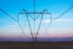 Stromleitung auf einem Gebiet Stockbild