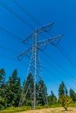 Stromleitung auf linker Seite des Stahlgitters Lizenzfreies Stockfoto