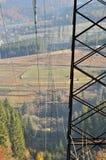 Stromleitung in den Bergen stockfoto