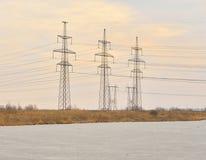 Stromleitung in der Landschaft am Vorfrühling Lizenzfreie Stockfotografie