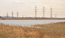 Stromleitung in der Landschaft am Vorfrühling Lizenzfreie Stockbilder