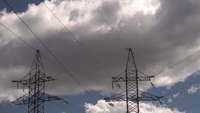 Stromleitung gegen den blauen Himmel stock footage