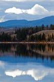 Stromleitung in ruhigem Yukon See im späten Fall, Kanada Lizenzfreies Stockbild