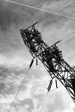 Stromleitung Turm gegen den bewölkten Himmel lizenzfreie stockfotografie