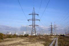 Stromleitung und blauer Himmel Lizenzfreie Stockfotos