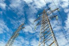 Stromleitung und blauer Himmel mit Wolken Stockfotos