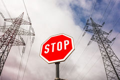 Stromleitung und Stoppschild Stockbild