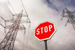 Stromleitung und Stoppschild Lizenzfreies Stockbild