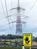 Stromleitung und Stoppschild Stockfotografie