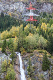Stromleitung und Wasserfall Lizenzfreie Stockfotos