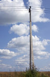 Stromleitung unter blauem Himmel mit Wolken von Weiß Lizenzfreies Stockfoto