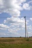 Stromleitung unter blauem Himmel mit Wolken von Weiß Stockfotos