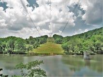 Stromleitungen über neuem Fluss in Virginia Stockfoto