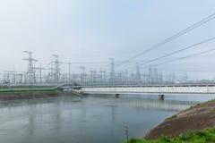Stromleitungen am Atomkraftwerk stockbilder