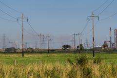 Stromleitungen auf einem Gebiet Stockbilder